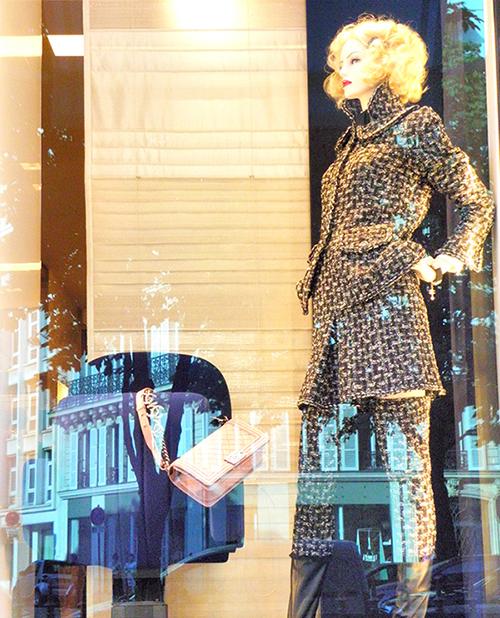CHANEL モンテーニュ店のショーウインドー。ツイードのスーツが素敵です♪♪
