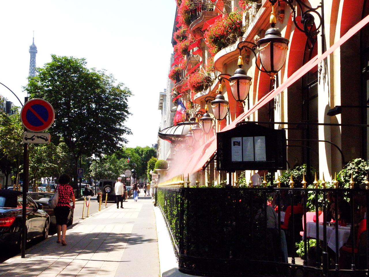 高級ブティックやプラザアテネがあるモンテーニュ大通り。 主な買い付け先です。