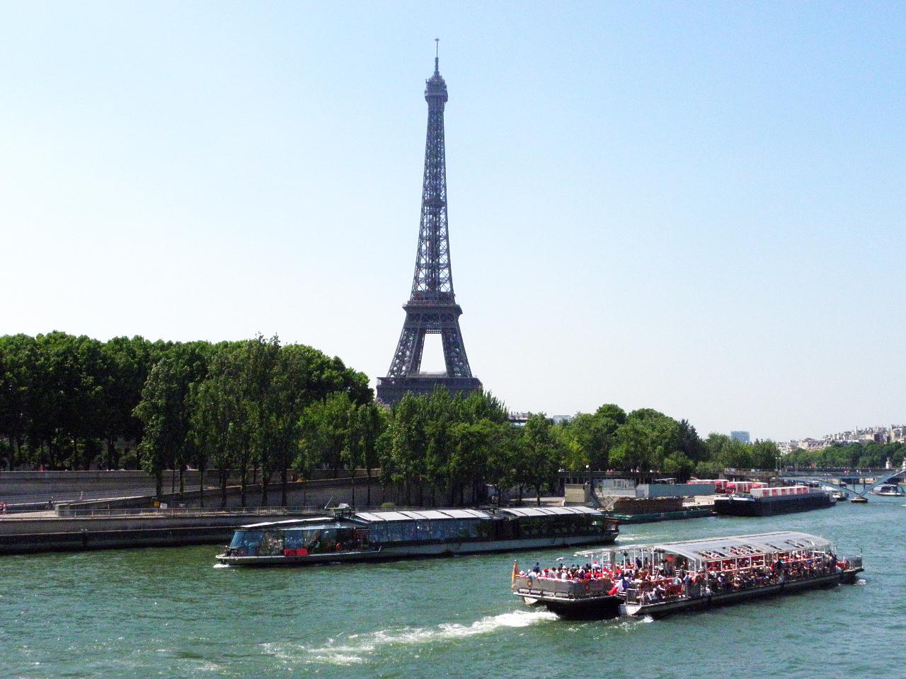 モンテーニュからすぐのアルマ橋から、エッフェル塔を望む。