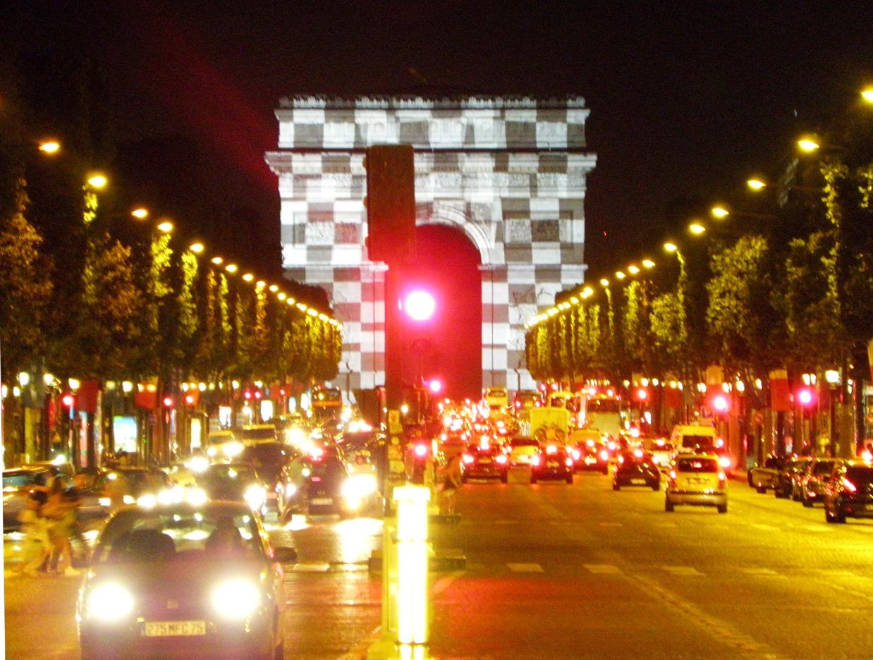 超レア!市松模様にライトアップされた、シャンゼリゼの凱旋門!